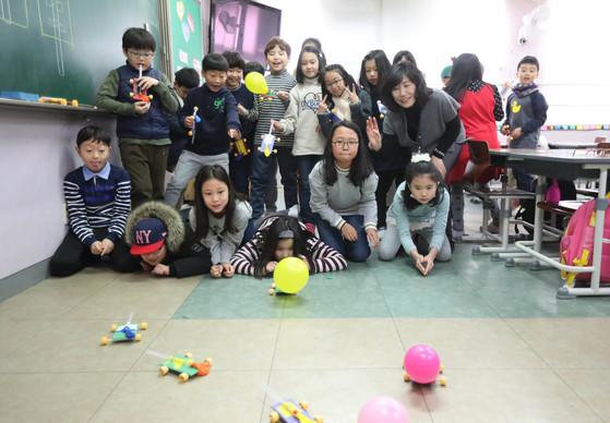 서울 응봉초등학교 학생들이 풍선자동차를 제작한 후 규칙을 정하고 풍선자동차 경주를 하고 있다. [신인섭 기자]