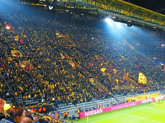 지난달 22일 독일 도르트문트와 잉글랜드 토트넘의 유럽 챔피언스리그가 열린 도르트문트의 홈구장 지그날 이두나 파크. 관중들이 2만5000석의 남쪽 스탠딩석을 가득 메웠다. 도르트문트=박린 기자