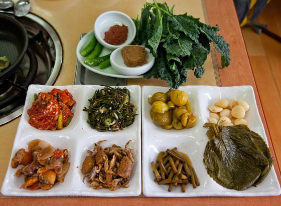 푸릇한 채소와 갯것들로 만든 밑반찬, 다양한 장아찌들. 이 반찬만 먹어도 훌륭한 백반 정식이다.
