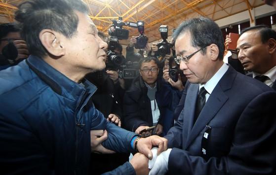 홍준표 자유한국당 대표가 25일 충북 제천 스포츠센터 사고 합동분향소가 마련된 제천실내체육관을 찾아 조문한 뒤 유족을 만나 위로하고 있다. 프리랜서 김성태