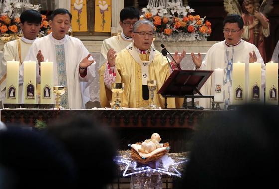 25일 성탄절 정오미사가 서울 명동대성당에서 염수정 추기경 주례로 열렸다. 미사에 참석하기 위해 신자들이 입장을 기다리고 있다. 최승식 기자