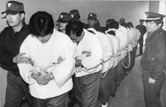1991년 서울대·이대음대 입시부정으로 기소된 대학교수 등 피고인들이 머리를 숙인채 법정으로 향하고 있다. [중앙포토]