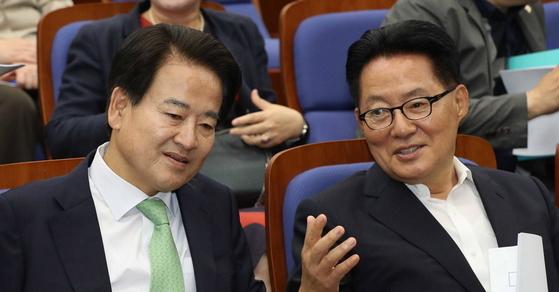 이야기 나누고 있는 박지원 의원과 정동영 의원 [중앙포토]