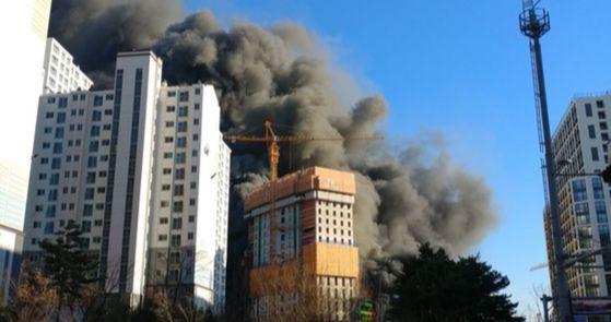 수원시 영통구 광교 SK건설 공사장에 화재가 발생해 소방관들이 진화작업을 벌이고 있다. [사진 연합뉴스]
