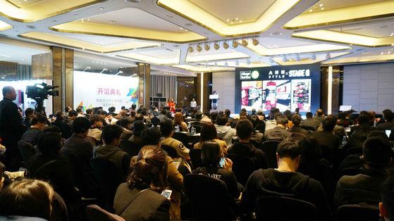 21일(현지시간) 중국 선전 JW매리어트호텔에서 열린 심천비즈니스센터 개관식 현장 모습. 한국 스타트업 쇼케이스에 중국 투자자들의 관심이 집중됐다. [사진 한국콘텐츠진흥원]