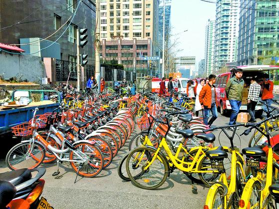 베이징 도심 광화루(光路)의 자전거 주차장. 2017년에 급속도로 보급된 공유자전거 열풍이 중국인의 출퇴근 패턴을 확 바꿔 놓았다. [중앙포토]