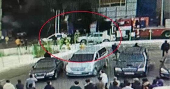 지난 21일 충북 제천 스포츠센터 화재 현장에서 소방차의 진입을 가로 막고 있던 불법 주차 차량이 옮겨지는 장면이 인근 상가 CCTV에 기록됐다.[연합뉴스]