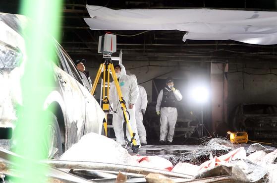 29명이 숨지고 36명이 다치는 대형 화재참사가 발생한 충북 제천 스포츠센터 사고현장에서 24일 오후 국과수와 경찰, 소방, 등 합동감식반들이 최초 발화지점으로 알려진 1층 주차창 천장주변을 집중 감식하고 있다.프리랜서 김성태