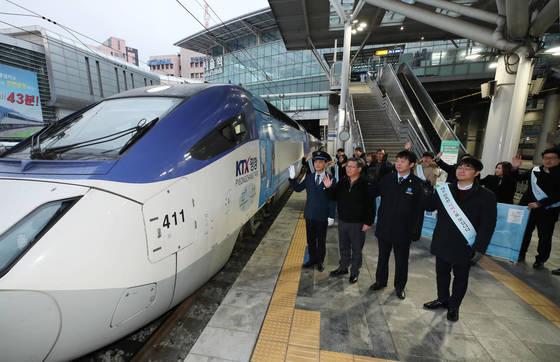 22일 개통한 경강선 KTX.  KTX를 타고 인천공항에서 강릉까지 이동하면 자가용을 이용하는 것보다 온실가스 배출량을 87% 줄일 수 있다. [연합뉴스]