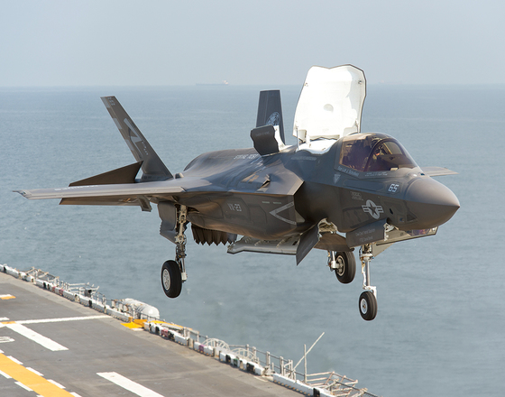 미 해병대의 F-35B 전투기가 작전을 위해 갑판에서 수직 이륙하고 있다. [사진 록히드마틴]