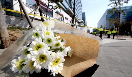 2014년 10월 판교테크노밸리 환풍구 붕괴사고 현장에 희생자를 추모하는 국화 꽃다발이 놓여 있다. 이 사고로 16명이 사망했다. 김경빈 기자