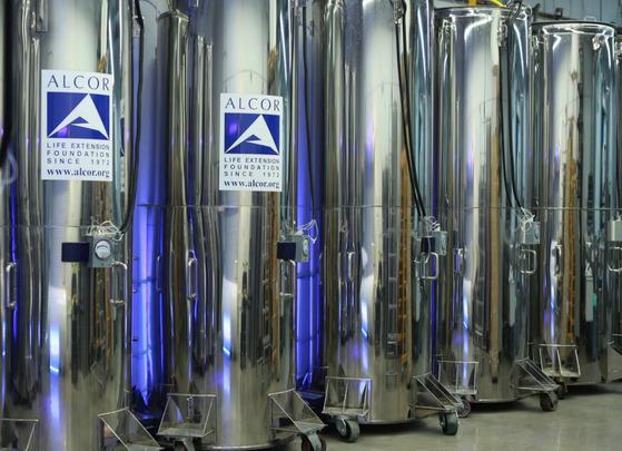 미국 알코어생명연장재단의 냉동인간용 액화질소 탱크. 150여 명의 시신이 냉 동된 채 부활을 기다리고 있다. [사진 알코어생명연장재단]