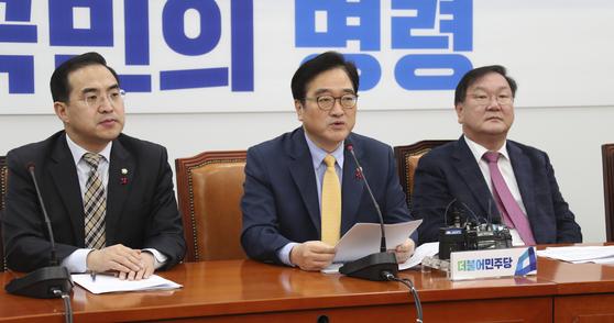 더불어민주당 우원식 원내대표(가운데)가 26일 서울 여의도 국회에서 열린 원내대책회의에서 모두발언하고 있다. 임현동 기자