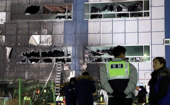 29명이 숨지고 37명이 다치는 대형 참사가 발생한 충북 제천시 하소동 스포츠센터 사고 현장에서 22일 밤 경찰들이 출입을 통제하고 있다. 프리랜서 김성태