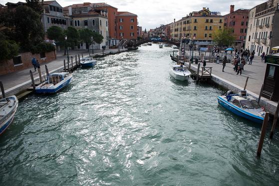 베네치아 중앙역 앞 수로. 베네치아 관광은 대게 이곳에서부터 시작한다. [사진 장채일]