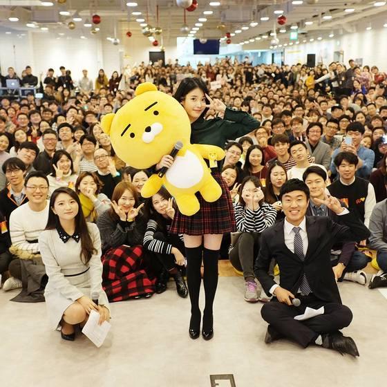 카카오 판교 오피스에서 열린 2016년 카카오 송년회에 참석한 가수 아이유 [사진 카카오 CEO 임지훈 페이스북]