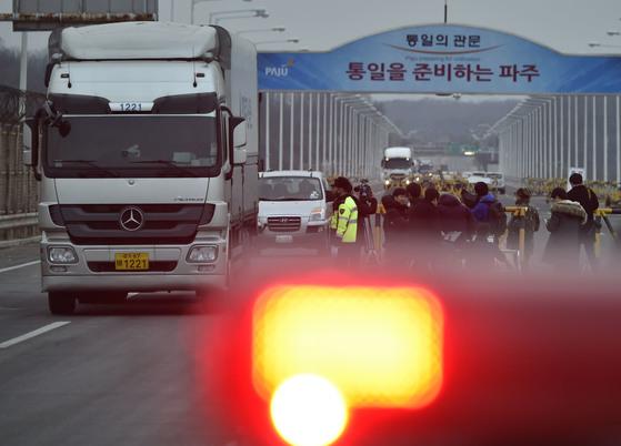 정부의 개성공단 전면 중단을 발표한 다음날인 2016년 2월11일 오전 개성공단에서 출발한 공단관계자 차량이 파주 통일대교를 지나고 있다.