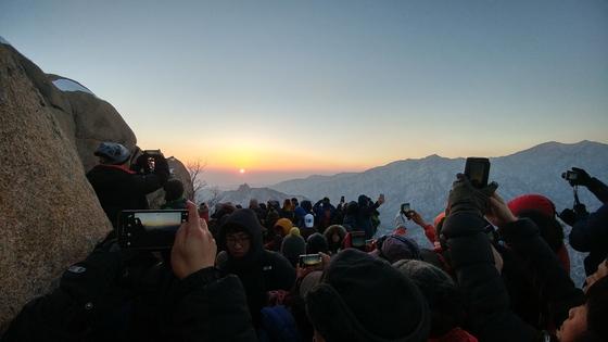 설악산국립공원 울산바위에서 동해 일출을 지켜보는 탐방객들. [사진 국립공원관리공단]