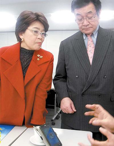 기쿠치 일본 민간조사업협회장(왼쪽)과 에노모토 전무. [조강수 기자]