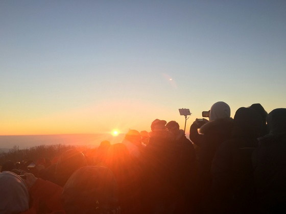 경주국립공원 토함산에서 일출을 구경하는 탐방객들 [사진 국립공원관리공단]