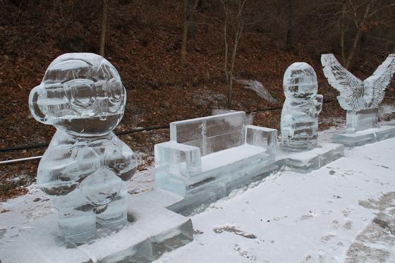 거창 금원산 얼음축제 입구에 있는 황금원숭이 얼음동상. 위성욱 기자