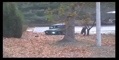 지난달 13일 판문점 공동경비구역을 통해 귀순한 북한군 병사가 차량에서 내려 남측으로 달려가고 있다. [사진 유엔사]