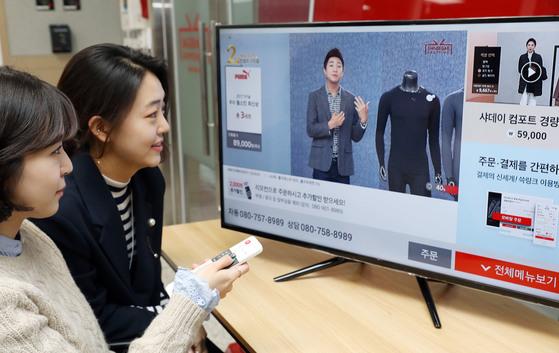 신세계TV쇼핑이 지난달 도입한 다중 방송 서비스. 젊은 소비자를 겨냥한 것으로 한 화면에서 두 가지 상품 소개를 볼 수 있다. [사진 신세계TV쇼핑]