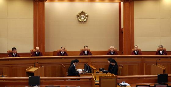 이진성 헌법재판소장을 비롯한 재판관들이 28일 오후 서울 종로구 헌법재판소 대심판정에서 사법시험 폐지 위헌확인 소송 선고를 위해 자리에 착석하고 있다. 우상조 기자