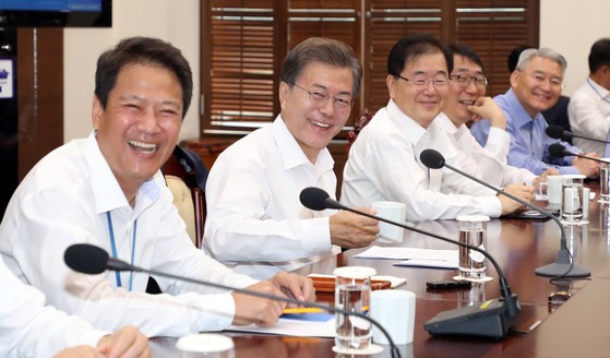 문재인 대통령과 청와대 참모진의 모습 [연합뉴스]