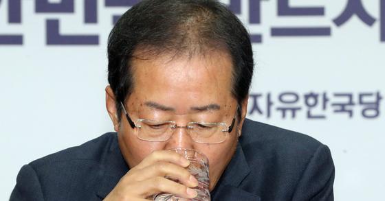 자유한국당 홍준표 대표가 28일 서울 여의도 당사에서 열린 최고위원회의에서 물을 마시고 있다. [연합뉴스]