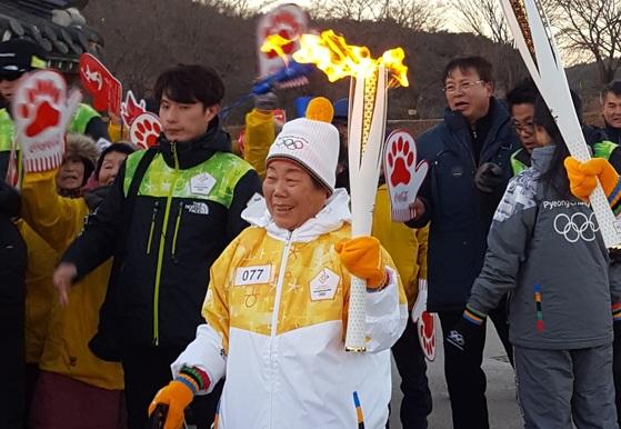 26일 경북 안동 지역 77번째 성화 봉송 주자로 나선 노순연 할머니.