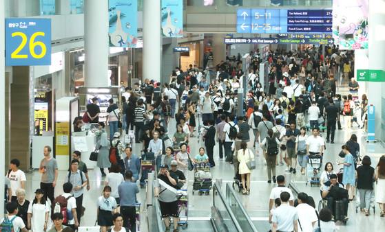 2017년 해외로 출국한 내국인수가 총인구의 절반을 웃돌 것으로 예상된다. 사진은 지난 7월 북적북적한 인천공항 출국장 모습. [중앙포토]