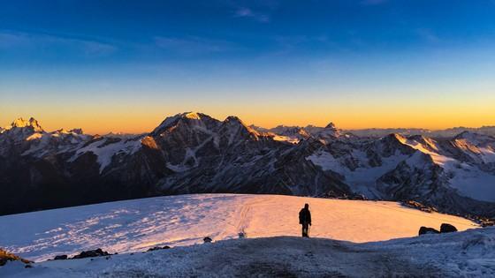 유럽 최고봉 코카서스산맥 엘부루스산에서 바라본 일몰.