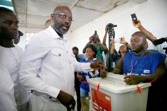 라이베리아 대선 결선 투표가 치러진 26일(현지시간) 조지 웨아 후보가 투표소에서 한 표를 행사하고 있다. [EPA=연합뉴스]