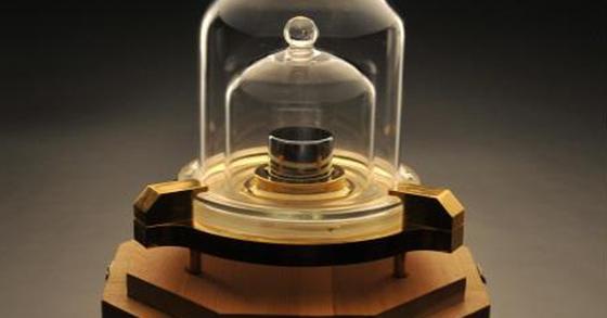 백금과 이리듐으로 만든 질량(kg)원기. [한국표준과학연구원 제공]