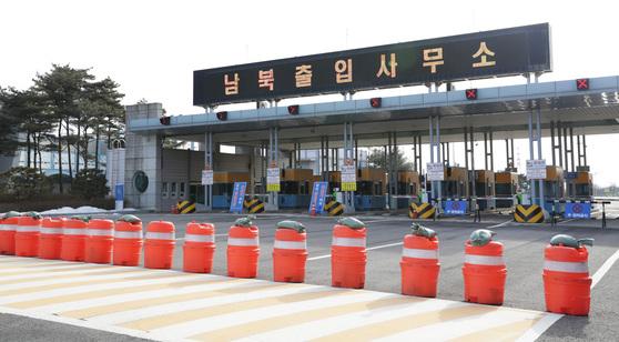 북한의 핵실험과 장거리 미사일 발사로 가동이 중단된 개성공단. 기업 관계자와 차량들이 오가던 남북출입사무소 차량 출입구는 차단벽이 설치된 채 막혀 있다.