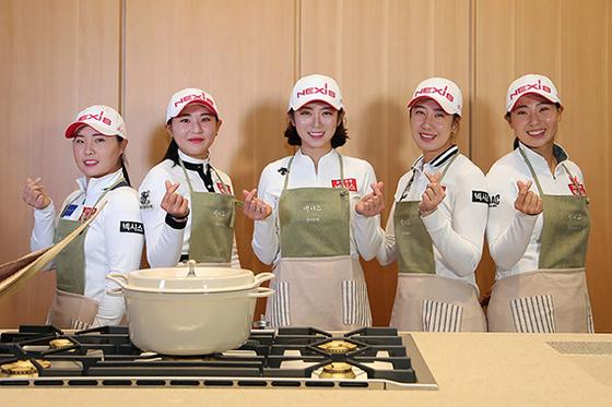 넥시스 골프단 창단식에서 포즈를 취한 박유나(오른쪽 둘째) 등 여자골프 선수들. [연합뉴스]