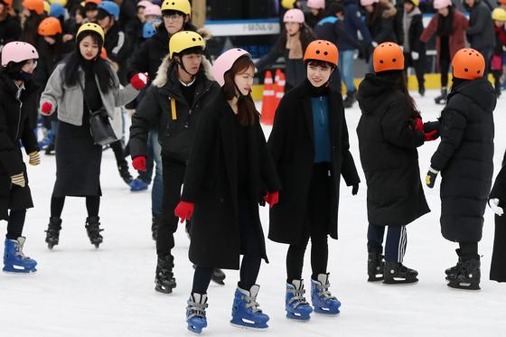 서울지역 낮 최고기온이 2도까지 오르는 등 평년기온을 회복한 28일 오후 서울 중구 서울광장 스케이트장에서 시민들이 스케이트를 타고 있다. [뉴스1]