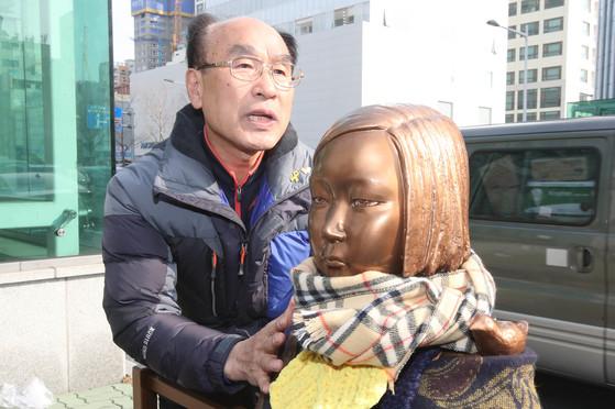 부산소녀상 지킴이 김상금(67) 할아버지가 지난 28일 부산 동구 일본영사관 앞 소녀상을 돌보며 지난 1년 간의 심정을 말하고 있다.송봉근 기자
