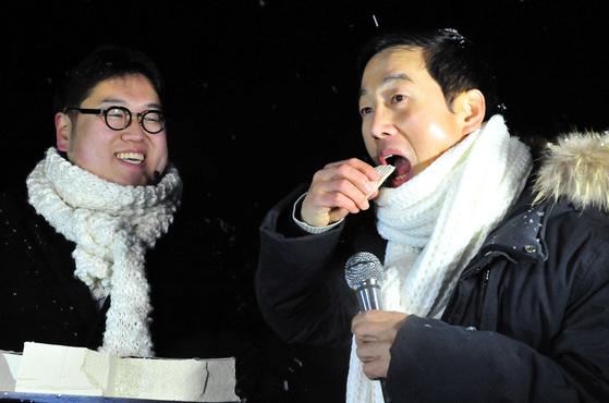 BBK 사건과 관련 허위사실 유포 혐의 등으로 기소돼 징역 1년을 선고받고 복역한 정봉주 전 의원이 2012년 12월 25일 만기 출소한 직후의 모습 [중앙포토]