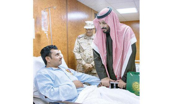 사우디 무함마드 빈 살만 빈 압둘아지즈 알사우드 왕세자가 군 병원을 찾아 부상 군인들을 만나고 있다.
