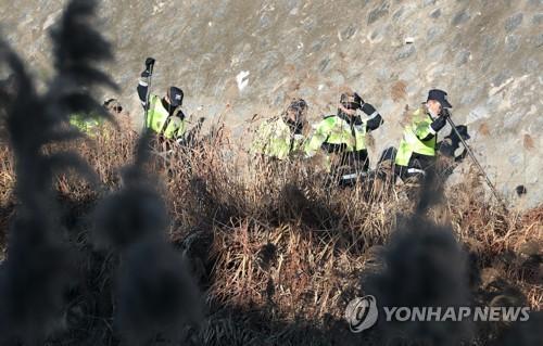 실종된 고준희양 찾는 경찰. [연합뉴스 자료사진]