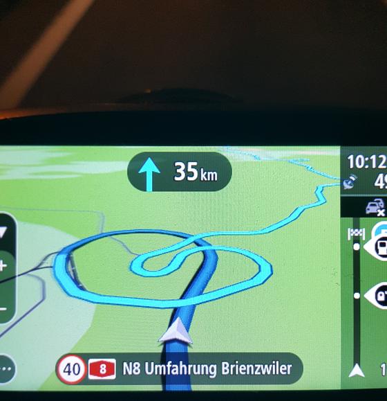내비게이션 화면에 나타난 꽈배기처럼 돌돌 말린 스위스 도로. 짙은 파란색 부분은 터널인데 터널 안쪽도 둥글게 굽어 있다. 산악 국가답게 긴 터널은 수십km에 달한다. [사진 장채일]