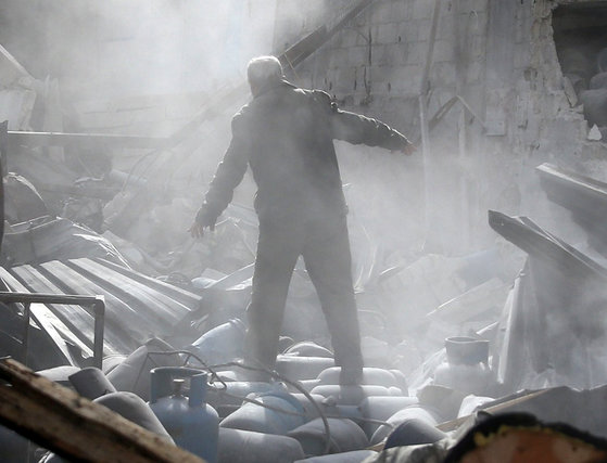 A man stands on the rubble of damaged buildings after an airstrike on the rebel-held town of Mesraba in the eastern Damascus suburb of Ghouta, Syria, November 26, 2017. REUTERS/Bassam Khabieh/2017-11-26 23:41:42/ <저작권자 ⓒ 1980-2017 ㈜연합뉴스. 무단 전재 재배포 금지.>