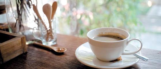 적정량의 커피를 마시면 체중 조절, 치매 감소 등에 도움이 된다고 밝혀졌다. 이는 커피가 가진 여러 생리활성 성분의 작용에 의한 것으로 드러났다. [게티이미지]