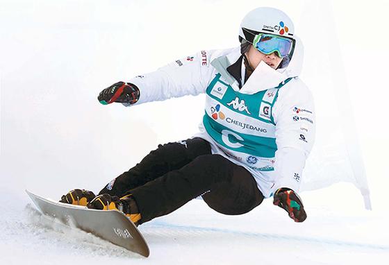 스노보드는 내년 2월 평창 겨울올림픽에서 한국 설상 종목 사상 첫 금메달을 노린다. 금메달 후보인 알파인 스노보드 국가대표 이상호가 휘닉스 스노우파크에서 훈련하고 있다. [오종택 기자]
