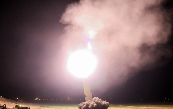 """A handout picture provided by the Iran's state TV (IRIB) official website and released on June 18, 2017 shows Iranian revolutionary guards Corps (IRGC) launching a missile from an undisclosed location in western Iran, towards Islamic State (IS) bases in Syria. / AFP PHOTO / IRIB TV / HO / RESTRICTED TO EDITORIAL USE - MANDATORY CREDIT """"AFP PHOTO / IRIB TV"""" - NO MARKETING NO ADVERTISING CAMPAIGNS - DISTRIBUTED AS A SERVICE TO CLIENTS/2017-06-19 06:29:07/ <저작권자 ⓒ 1980-2017 ㈜연합뉴스. 무단 전재 재배포 금지.>"""