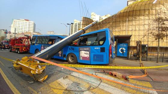 28일 오전 서울 강서구 등촌동의 한 건물 철거 현장에서 대형 크레인이 넘어지면서 인근 버스정류장에 정차한 시내버스를 덮치는 사고가 발생했다. 이 사고로 승객 1명이 숨지고 총 15명이 다쳤다. [신인섭 기자]