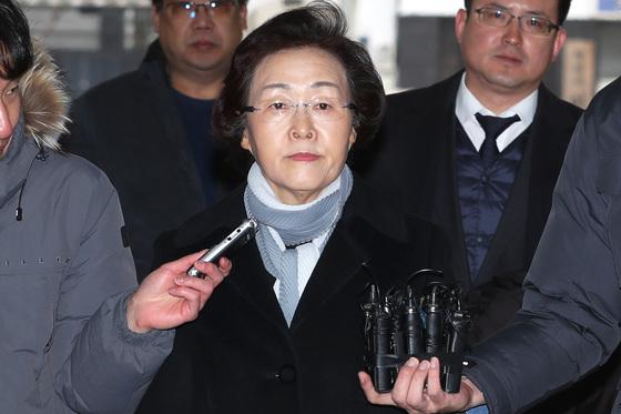 지난 15일 서울경찰청 지능범죄수사대에서 1차 소환됐을 때의 신연희 서울 강남구청장. [뉴스1]