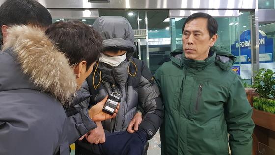 고준희(5)양의 시신을 버린 혐의(사체유기)로 긴급체포된 친부 고모(36)씨가 29일 오전 5시30분쯤 전주 덕진경찰서에 들어서고 있다. 김준희 기자
